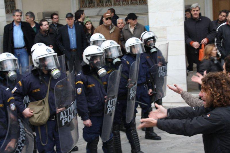 Yunan polisi üniversiteye giremiyor