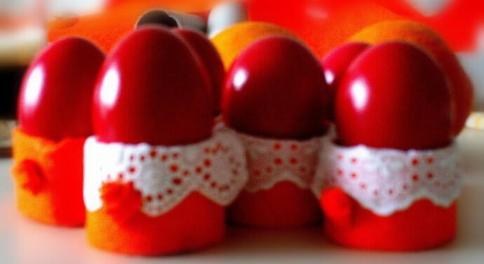 Yunanistan'da Paskalya dönemi yumurtalar kırmızıya boyanıyor.
